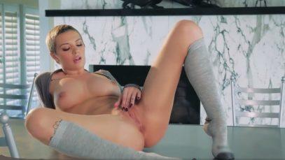 Эмма Мэй потирает свою киску, доводя свое тело до оргазма