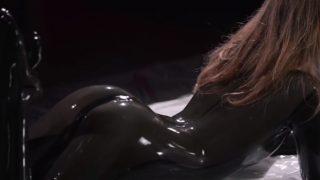 Maria Pie в латексном костюме и с резиновым страпоном