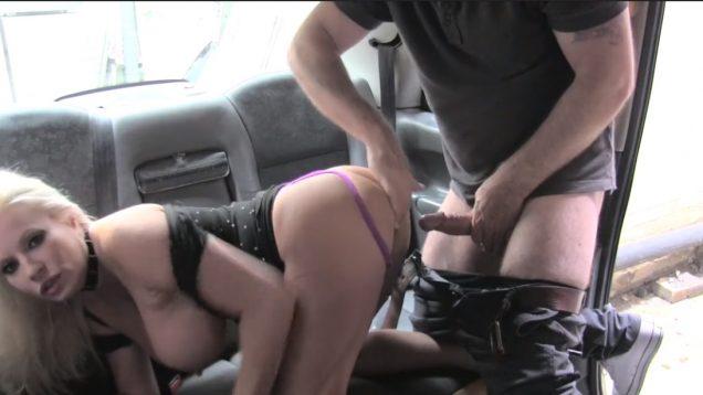 Секс в такси с блондинкой