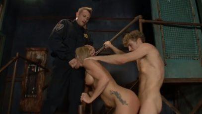 Сексуальная мамочка отрахана охранниками